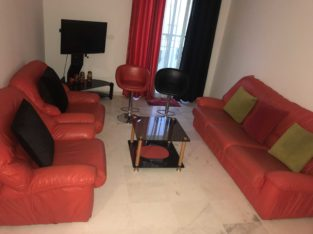 Privé: salon cuir rouge + table + 2 chaises roulantes en bonne occasion